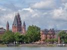 Die Stadt Mainz, gegenüber der Mündung des Mains am Rhein gelegen